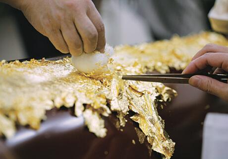 柱に金箔を貼る作業風景