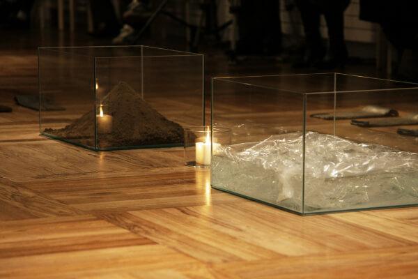 2012年の作品「水・火・土」。